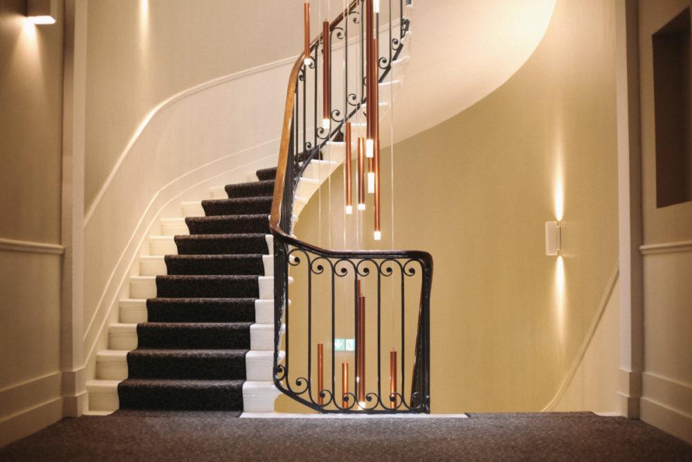 La majestueuse cage d'escalier du meetropolitan espace de coworking bordeaux centre
