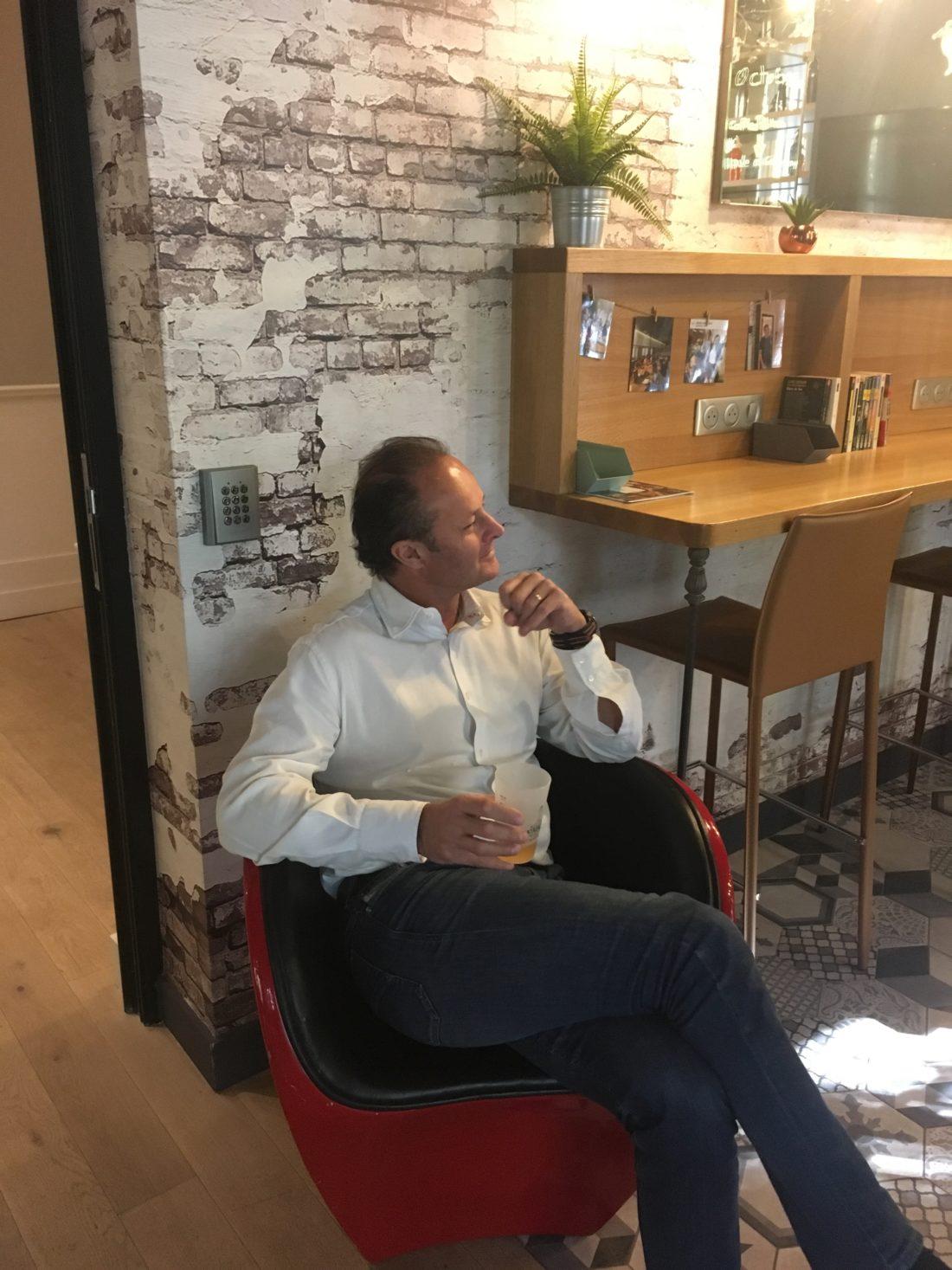 arrivée des fauteuils Ron arad au meetropolitan, espace de coworking à bordeaux centre